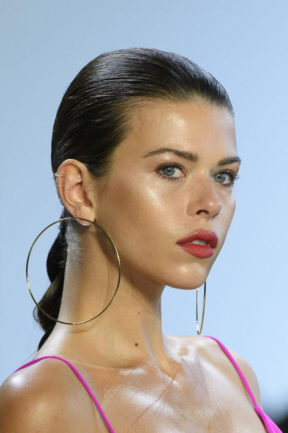 <p>Glossy and bronzed skin and popsicle-pink lips at Cushnie et Ochs.</p>