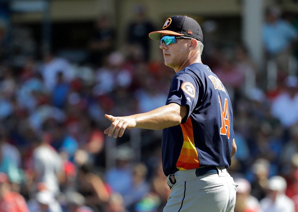 Houston Astros manager AJ Hinch inspired to call the bullpen as he turned the mound during the third inning of an exhibition spring training baseball game against the Washington Nationals in West Raynda Beach, Fla () on March 3, 2019 Leaves for the mound.  Globe Live Media Photo / Jeff Roberson)