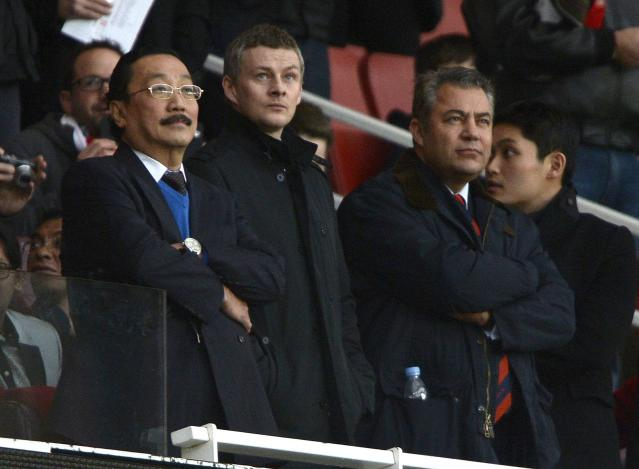"Cardiff City's owner Vincent Tan (L) and Ole Gunnar Solskjaer (C) are seen in the director's box before their English Premier League soccer match against Arsenal at the Emirates Stadium in London January 1, 2014. REUTERS/Dylan Martinez (BRITAIN - Tags: SPORT SOCCER) NO USE WITH UNAUTHORIZED AUDIO, VIDEO, DATA, FIXTURE LISTS, CLUB/LEAGUE LOGOS OR ""LIVE"" SERVICES. ONLINE IN-MATCH USE LIMITED TO 45 IMAGES, NO VIDEO EMULATION. NO USE IN BETTING, GAMES OR SINGLE CLUB/LEAGUE/PLAYER PUBLICATIONS. FOR EDITORIAL USE ONLY. NOT FOR SALE FOR MARKETING OR ADVERTISING CAMPAIGNS"