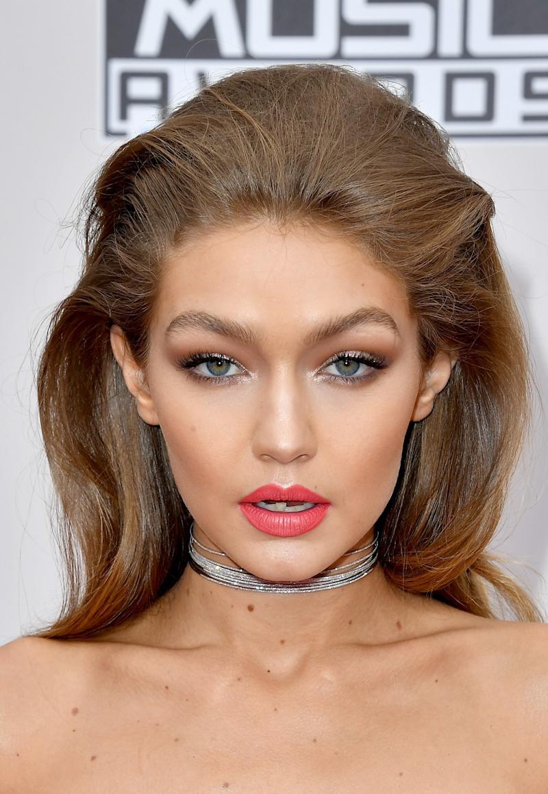 Gigi Hadid Wore HUNDREDS of Crystals on Her Nails to the American Music Awards