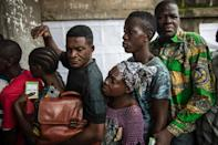 Congolese voters queue outside a polling station during presidential elections in Makelele, in Congo's capital Brazzaville, on March 20, 2016 (AFP Photo/Marco Longari)