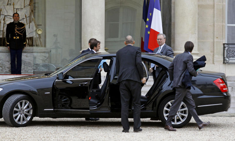 Google executive chairman Eric Schmidt, second from right, arrives at the Elysee Palace for a meeting with French President Francois Hollande, in Paris, Monday Oct. 29, 2012. (AP Photo/Remy de la Mauviniere)