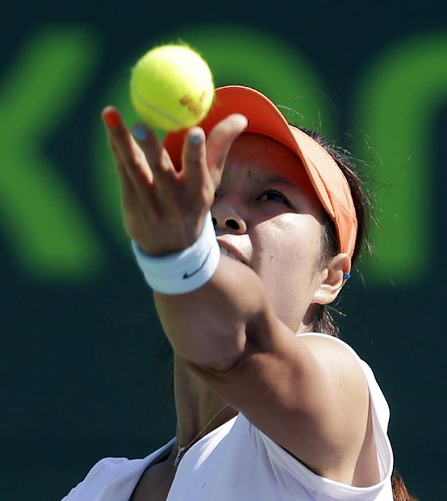 Li Na, of China, serves to Madison Keys at the Sony Open tennis tournament in Key Biscayne, Fla., Sunday, March 23, 2014. (AP Photo/Alan Diaz)