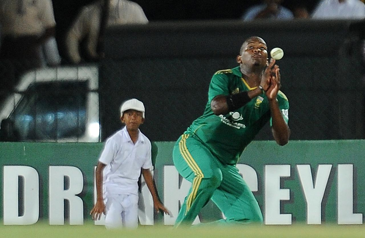 South African cricketer Lonwabo Tsotsobe drops a catch off  Sri Lankan batsman Dinesh Chandimal during the third and final Twenty20 cricket match between Sri Lanka and South Africa at the Suriyawewa Mahinda Rajapakse International Cricket Stadium in the southern district of Hambantota on August 6, 2013. AFP PHOTO/ LAKRUWAN WANNIARACHCHI