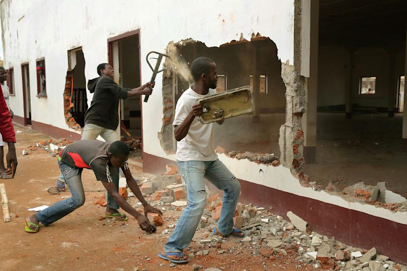 A Christian mob attacks a mosque in Bangui, Central African Republic, Tuesday Dec. 10, 2013. Two French soldiers were killed in combat in Central African Republic's capital, the first French casualties since French President Francois Holland ordered a stepped-up military presence in the restive former colony to help quell inter-religious violence. (AP Photo/Jerome Delay)