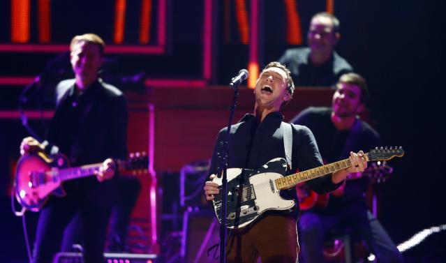Phillip Phillips performs at the 2017 CMT Artists of the Year special. (Photo: Wade Payne/Invision/AP)
