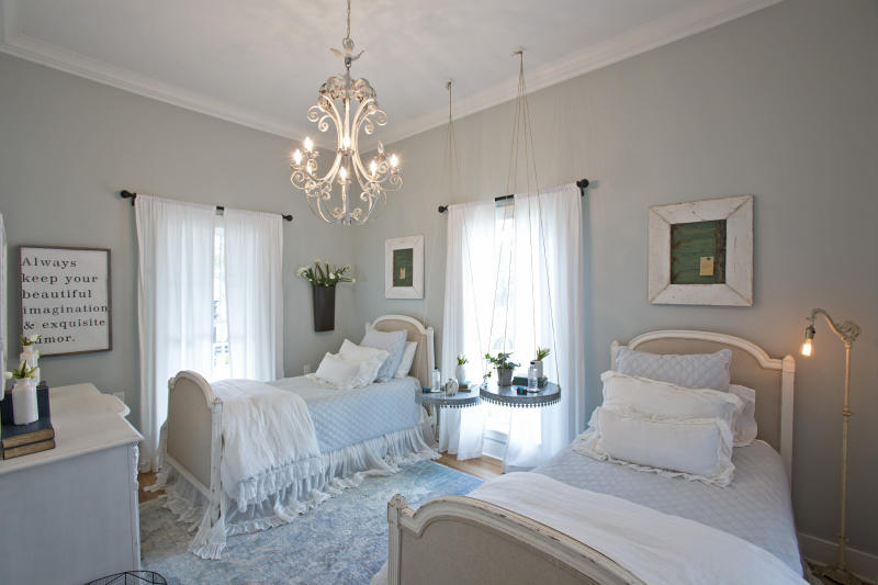 A downstairs bedroom (Fort Worth Star-Telegram via Getty Images)