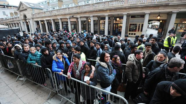 Thousands Line Up For the New iPad As It Hits Stores (ABC News)
