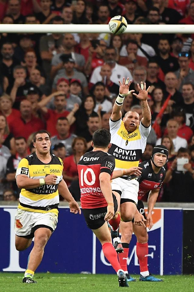 RC Toulon player Anthony Belleau (C) kicks the ball during the French Top 14 rugby union match between RC Toulon and La Rochelle, on May 26, 2017 at the Velodrome stadium in Marseille, southern France. (AFP Photo/BORIS HORVAT)