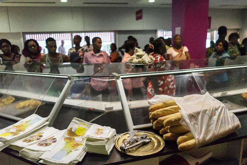 Residents queue at a bakery in the centre of Gabon's capital Libreville on August 30, 2016 as they rush to stock up on bread fearing unrest ahead the official presidential election results (AFP Photo/Marco Longari)