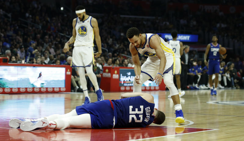 Curry propels Warriors past injury-riddled Clippers