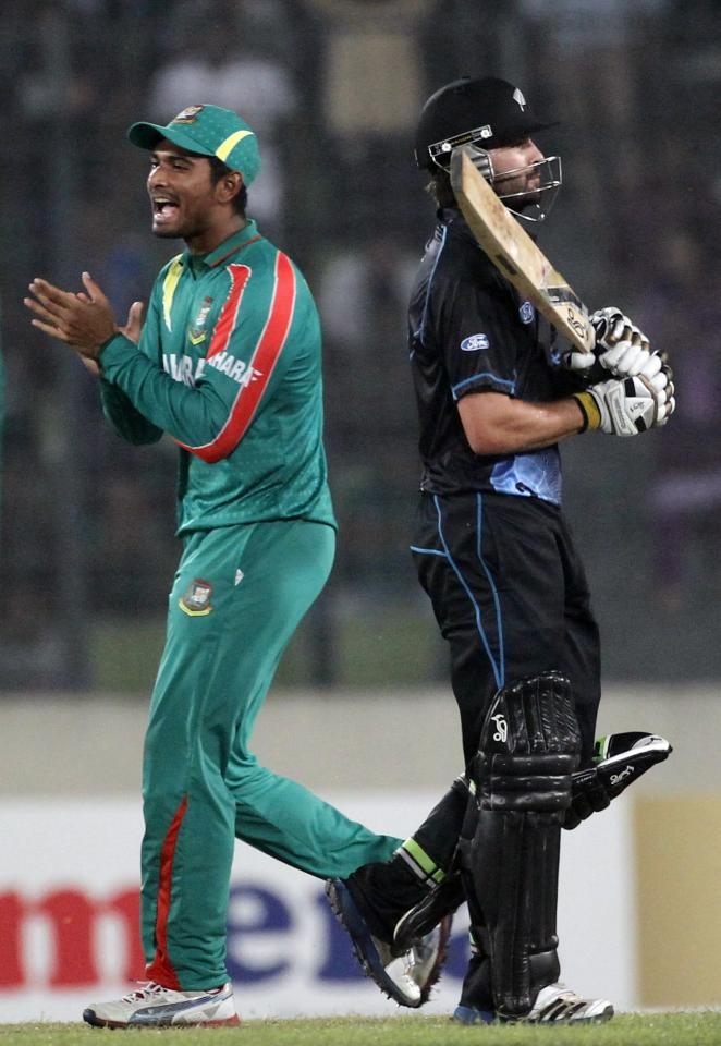 New Zealand's Anton Devcich (R) leaves the field as Bangladesh's Mahmudullah celebrates his dismissal during their second one-day international (ODI) cricket match in Dhaka October 31, 2013. REUTERS/Andrew Biraj (BANGLADESH - Tags: SPORT CRICKET)