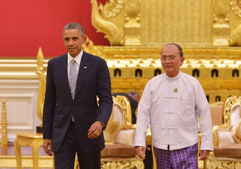 US President Barack Obama is escorted by Myanmar's President Thein Sein following a meeting at the Presidential Palace in Naypyidaw on November 13, 2014 (AFP Photo/Mandel Ngan)
