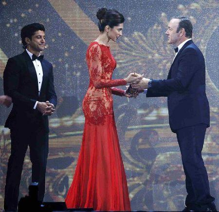 Spacey presents Padukone her IIFA 2014 Best Actress Award while Best Actor Award winner Akhtar looks on during the 15th IIFA Awards in Tampa