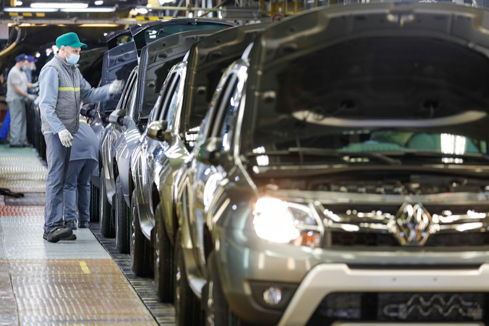 MOSCOW, RUSSIA - DECEMBER 15, 2020: Workers conduct a final check of a Renault Duster at the Moscow plant of Renault producing cars under the Logan, Sandero, Arkana and Duster brands. Mikhail Japaridze/TASS (Photo by Mikhail Japaridze\TASS via Getty Images)