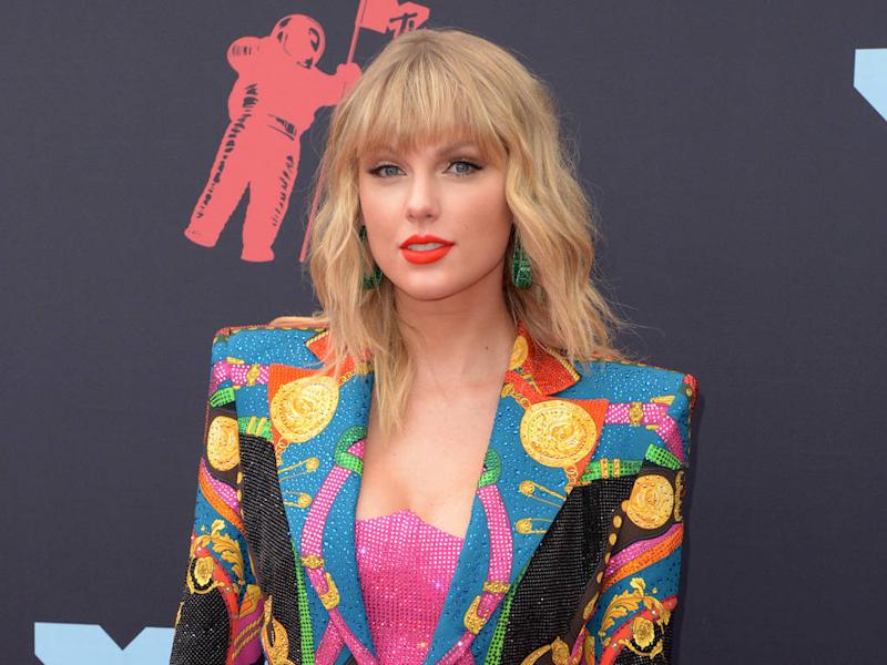 Taylor Swift slammed by animal rights activists for horse racing gig