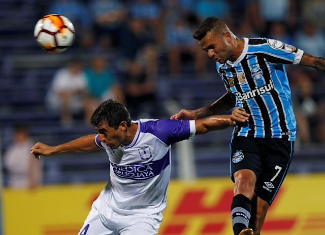 Soccer Football - Uruguay's Defensor Sporting v Brazil's Gremio - Copa Libertadores - Luis Franzini stadium, Montevideo, Uruguay - February 27, 2018. Luan of Gremio and Gonzalo Maulella of Defensor Sporting. REUTERS/Andres Stapff