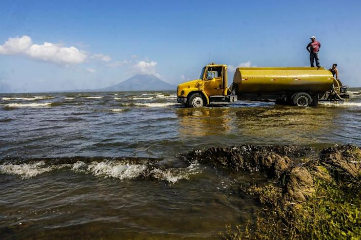 A man fills his truck with water from Lake Cocibolca, some 10km from the town of Rivas in Nicaragua (AFP Photo/Inti Ocon)