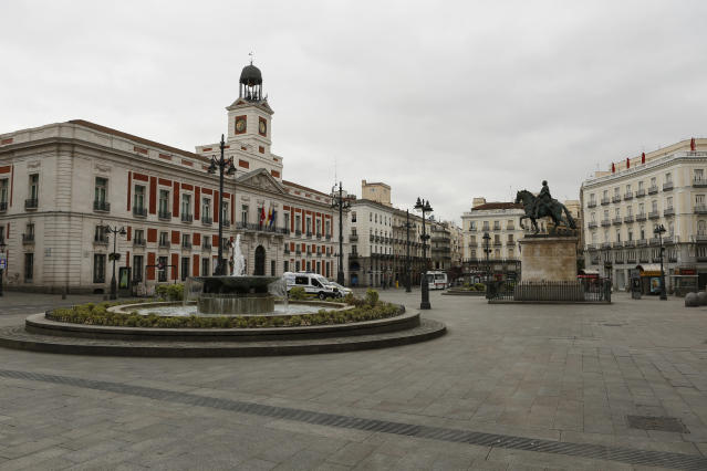 La madrileña Puerta del Sol, vacía por el coronavirus. (Photo by Guillermo Santos/NurPhoto via Getty Images)