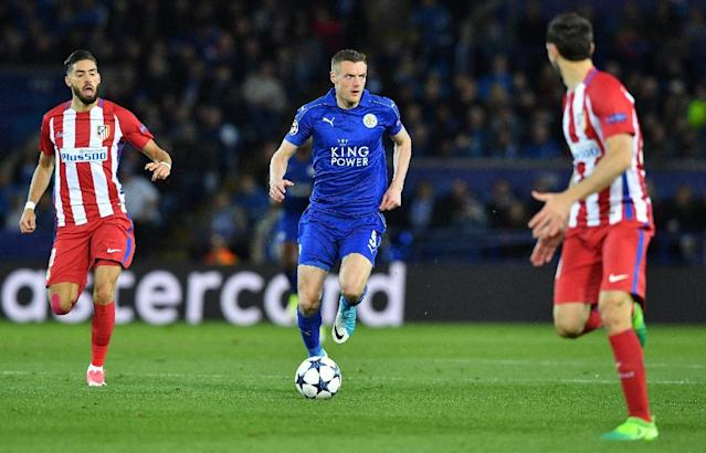 Leicester City's striker Jamie Vardy (C) runs with the ball during the UEFA Champions League quarter-final second leg football match against Atletico Madrid April 18, 2017 (AFP Photo/Ben STANSALL)