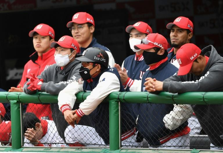 Players wore facemasks when Korean baseball resumed (AFP Photo/Jung Yeon-je)