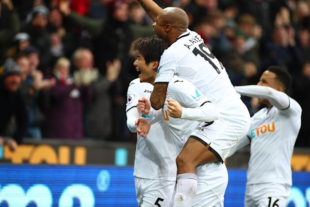 Ki Sung-Yueng and Swansea teammates celebrate his opener against West Ham. (Getty)