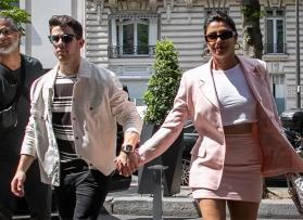 Watch Nick Jonas sign 'I Love You' to Priyanka Chopra during concert