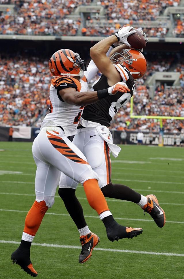 Cleveland Browns tight end Jordan Cameron, right, makes a leaping catch on a 2-yard touchdown pass against Cincinnati Bengals strong safety Taylor Mays in the first quarter of an NFL football game Sunday, Sept. 29, 2013, in Cleveland. (AP Photo/Tony Dejak)