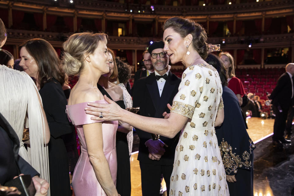 LONDON, ENGLAND - FEBRUARY 02: BAFTA winner Renee Zellweger and Catherine, Duchess of Cambridge speak at the EE British Academy Film Awards 2020 at Royal Albert Hall on February 2, 2020 in London, England. (Photo by Jeff Gilbert - WPA Pool / Getty Images)