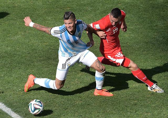 Argentina's defender Marcos Rojo (L) vies with Switzerland's forward Josip Drmic during the second half of the match between Argentina and Switzerland at Corinthians Arena in Sao Paulo on July 1, 2014 (AFP Photo/Gabriel Bouys)