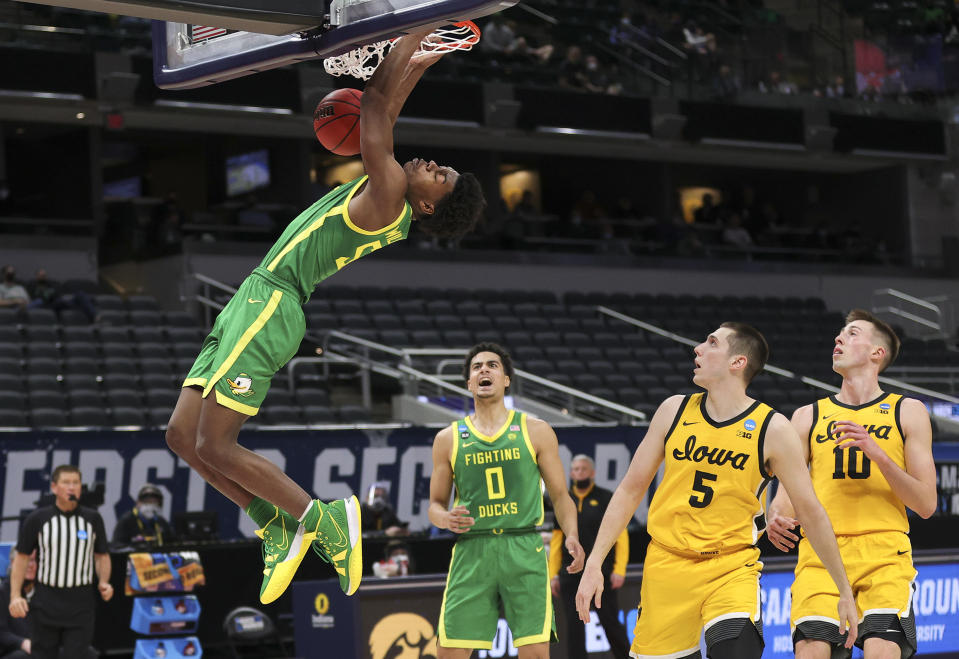 Eric Williams Jr. of the Oregon Ducks dunks against the Iowa Hawkeyes in a high-scoring NCAA tournament game. (Photo by Stacy Revere/Getty Images)