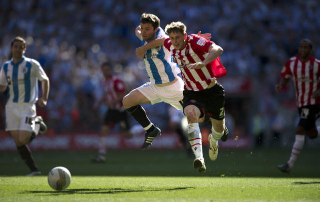 Sheffield United's Chris Porter (2nd R) vies for the ball against Huddersfield Town's Damien Johnson (C) during the League 1 Play-Off Final football match at Wembley Stadium in London on May 26, 2012. Huddersfield won the game 8-7 on penalties to win promotion to the Championship next season. AFP PHOTO / ADRIAN DENNISADRIAN DENNIS/AFP/GettyImages