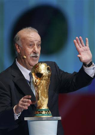 Spain's coach Vicente del Bosque waves his hand during the draw for the 2014 World Cup at the Costa do Sauipe resort in Sao Joao da Mata, Bahia state, December 6, 2013. REUTERS/Paulo Whitaker