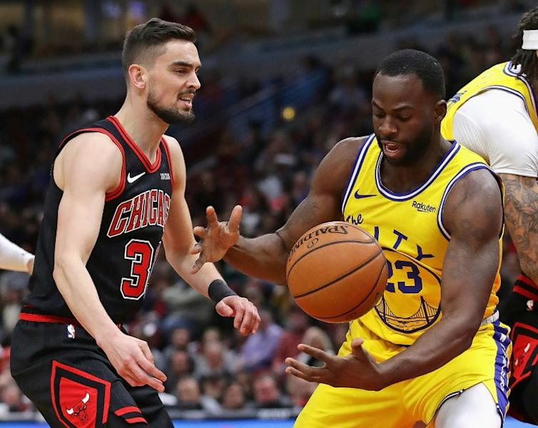 Golden State's Draymond Green knocks the ball away from Chicago's Tomas Satoransky in the Warriors' 100-98 NBA victory over the Bulls (AFP Photo/JONATHAN DANIEL)
