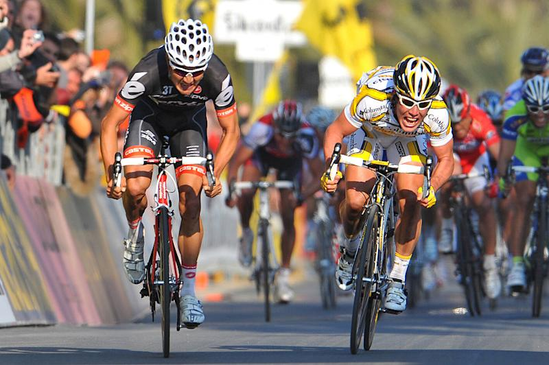 Columbia-Highroad's Mark Cavendish (right) lunges for the line to beat Cervélo TestTeam's Heinrich Haussler at the 2009 Milan-San Remo