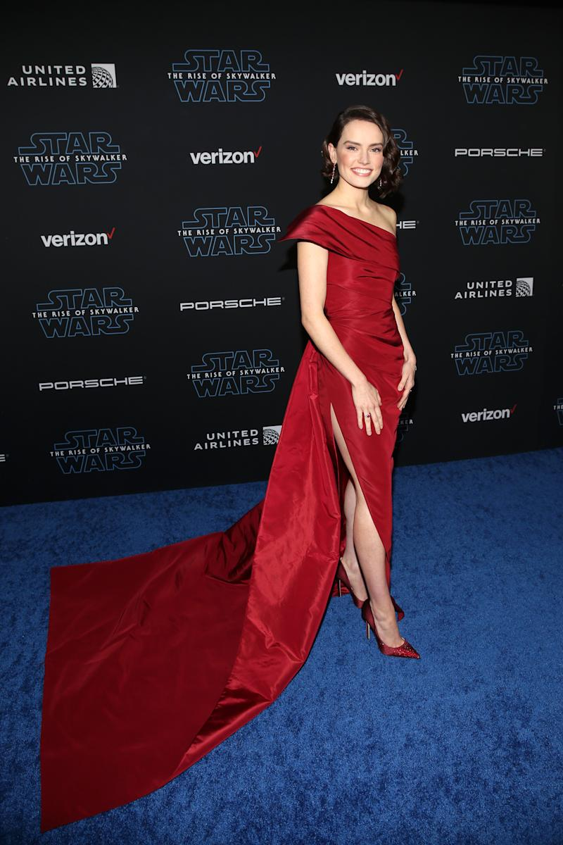 Ridley wears a bespoke, crimson Oscar de la Renta dress at the 'Star Wars: The Rise of Skywalker' premiere in LA [Photo: Getty]