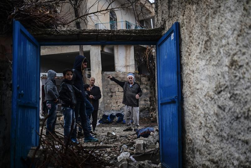 People return to their homes, some damaged during fighting, after a curfew imposed by the Turkish government was lifted on December 30, 2015, in Dargecit in Mardin province (AFP Photo/Bulent Kilic)