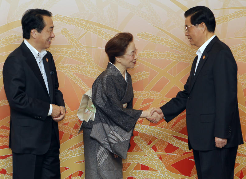 Chinese President Hu Jintao, right, is welcomed by Japanese Prime Minister Naoto Kan and his wife Nobuko at the start of a cultural event at the APEC forum in Yokohama, Japan, Saturday, Nov. 13, 2010. (AP  Photo/Itsuo Inouye, Pool)