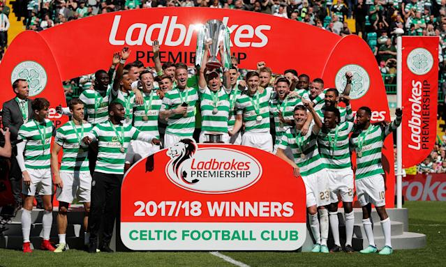 Soccer Football - Scottish Premiership - Celtic vs Aberdeen - Celtic Park, Glasgow, Britain - May 13, 2018 Celtic's Scott Brown lifts the trophy with teammates as they celebrate winning the Scottish Premiership REUTERS/Russell Cheyne