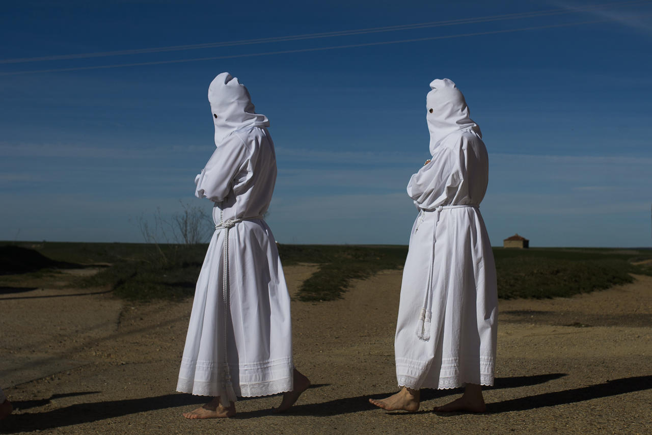 "<p>Penitents take part in ""La Carrera"" procession by the Vera Cruz brotherhood in Villarrín de Campos, Spain, April 2, 2015. (AP Photo/Andres Kudacki) </p>"