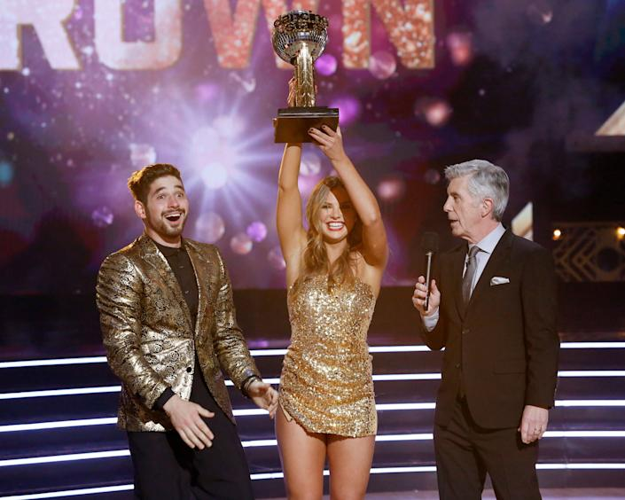 """Alan Bersten, Hannah Brown and Tom Bergeron on the finale of """"Dancing with the Stars."""" (Photo: Eric McCandless via Getty Images)"""