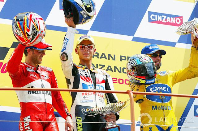 "Podio: 1º Valentino Rossi, 2º Loris Capirossi, 3º Max Biaggi <span class=""copyright"">Gold and Goose / Motorsport Images</span>"