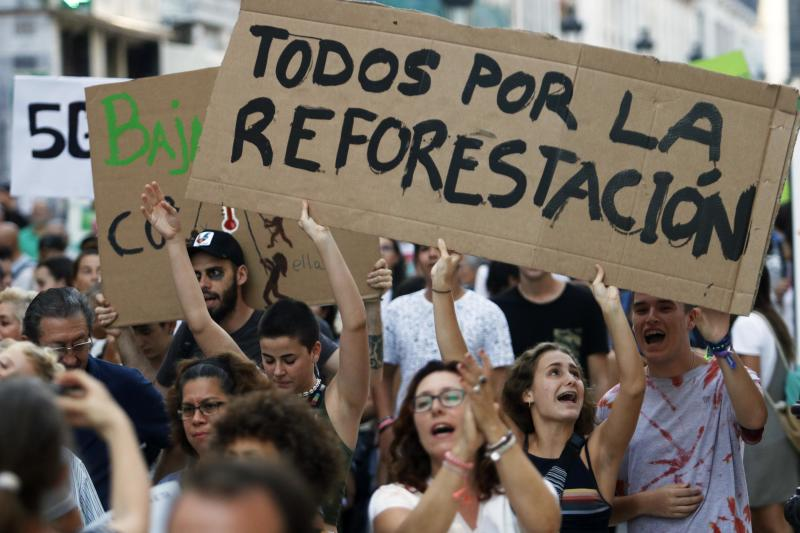 MÁLAGA, SPAIN - SEPTEMBER 27: Demonstrators hold banners at the demonstration in Málaga organized by Fridays For Future, Alianza por el Clima, Alianza por la Emergencia Climática and 2020 Rebelión por el Clima, in which people are seen protesting in support of the global climate strike demanding solutions for global warming on September 27, 2019 in Málaga, Spain. (Photo by Álex Zea/Europa Press via Getty Images) (Photo by Europa Press News/Europa Press via Getty Images)