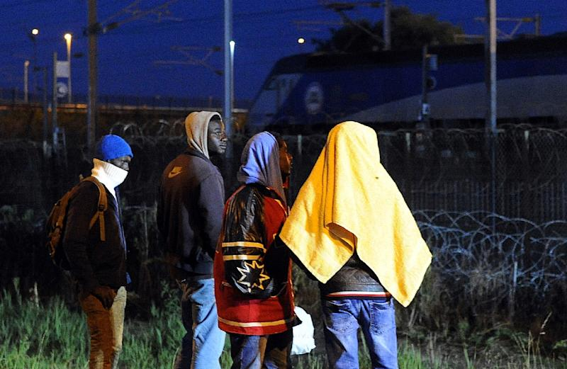 Migrants walk in the proximity of the Eurotunnel rail terminal in Coquelles near the northern French port of Calais on August 2, 2015 (AFP Photo/Francois Lo Presti)