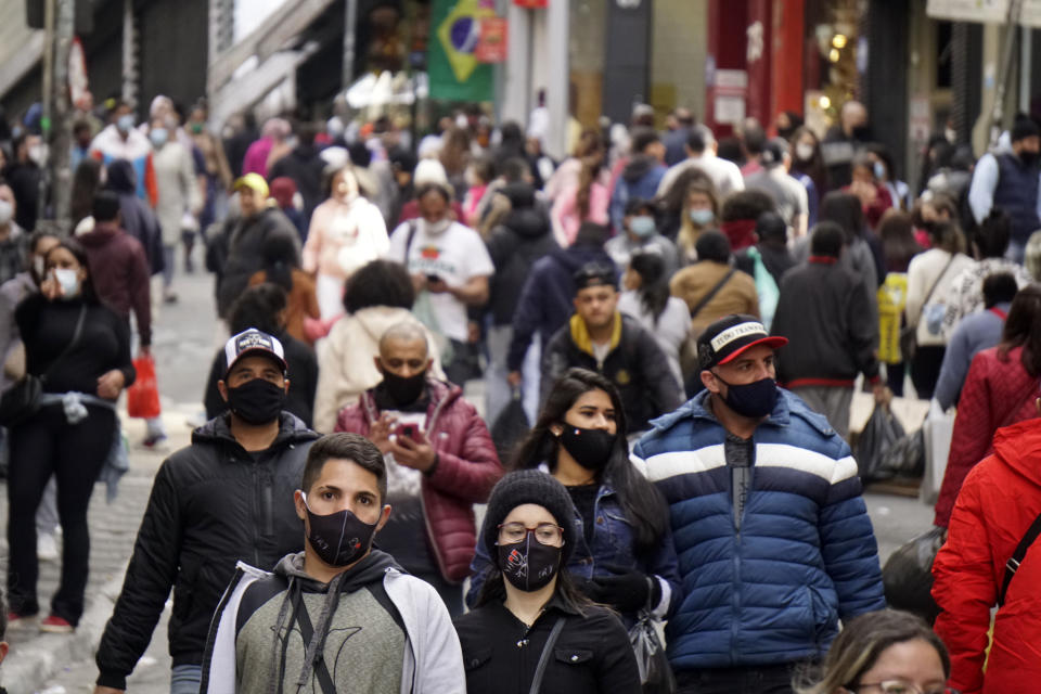 Consumers flock to popular shopping streets in Sao Paulo, Brazil, on July 31, 2021. Brazil counted 910 deaths by covid-19 in the last 24 hours, according to the balance on July 31, 2021 of the Conass (National Council of Health Secretaries). With this number, the total number of deaths in Brazil in this pandemic reaches 556,370. 37,582 new cases were also reported, with a total of 19,917,855 infections.  (Photo by Cris Faga/NurPhoto via Getty Images)
