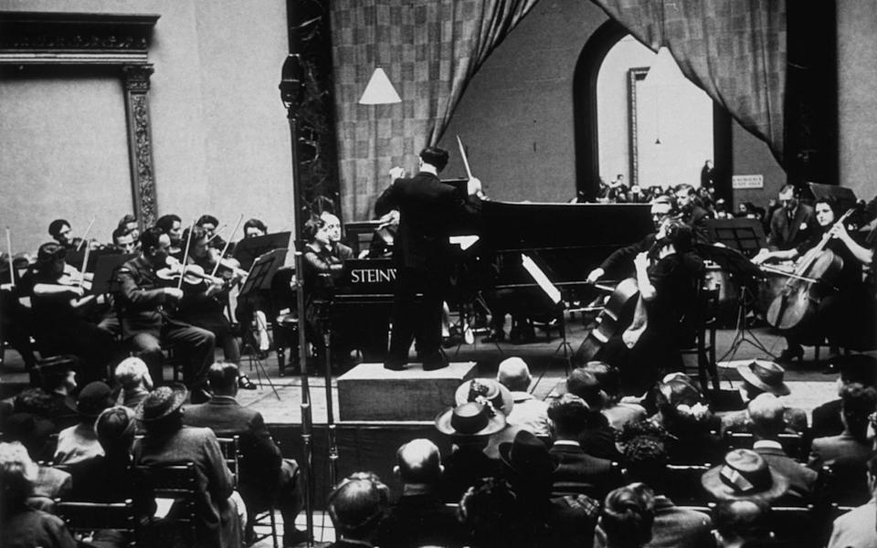 Pianist Myra Hess plays at the National Gallery in 1943 - Kurt Hutton/Picture Post