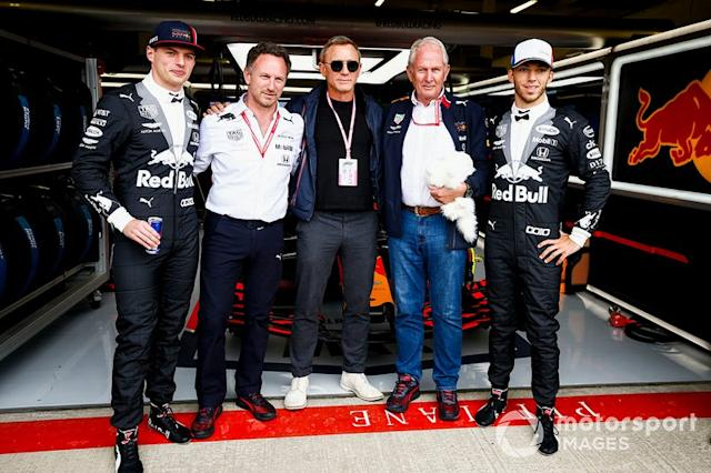 "Max Verstappen, Red Bull Racing, Christian Horner, Director de Red Bull Racing, Daniel Craig, Actor, Helmut Markko, Consultor, Red Bull Racing y Pierre Gasly, Red Bull Racing <span class=""copyright"">Andy Hone / LAT Images</span>"