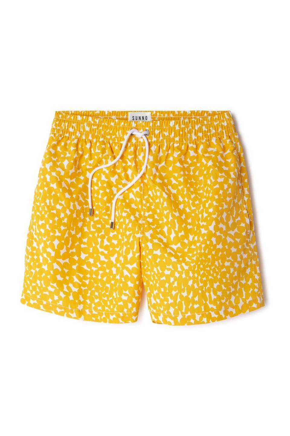 """<p>Bañador modelo Yellow Stones, de <strong>Sunno by Bene Cape </strong>(75 euros).</p><p><strong><a class=""""link rapid-noclick-resp"""" href=""""https://www.sunnobybenecape.com/collections/all-products/products/stones-yellow-swim-short?variant=21757256400974"""" rel=""""nofollow noopener"""" target=""""_blank"""" data-ylk=""""slk:COMPRAR"""">COMPRAR</a><br></strong></p>"""