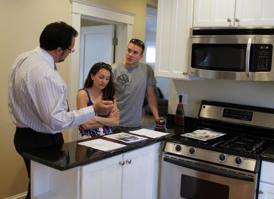 Realtor Steve Bremis (L) talks to house hunters Makayla Gavitt (C) and David Harris during an open house at a condominium unit in Somerville, Massachusetts May 16, 2010.   U.S. housing starts rose more than expected in April to touch their highest level since October 2008 likely on the back of a home buyer tax credit, but permits hit a six-month low, a government report showed on May 18, 2010. Picture taken May 16, 2010. REUTERS/Brian Snyder    (UNITED STATES - Tags: BUSINESS)