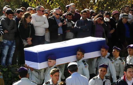 Israeli soldiers carry the flag-draped coffin of Captain Yochai Kalangel during his funeral at Mount Herzl military cemetery in Jerusalem January 29, 2015. . REUTERS/Ronen Zvulun